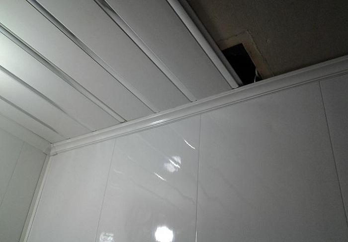 потолки в ванной из пластиковых панелей фото